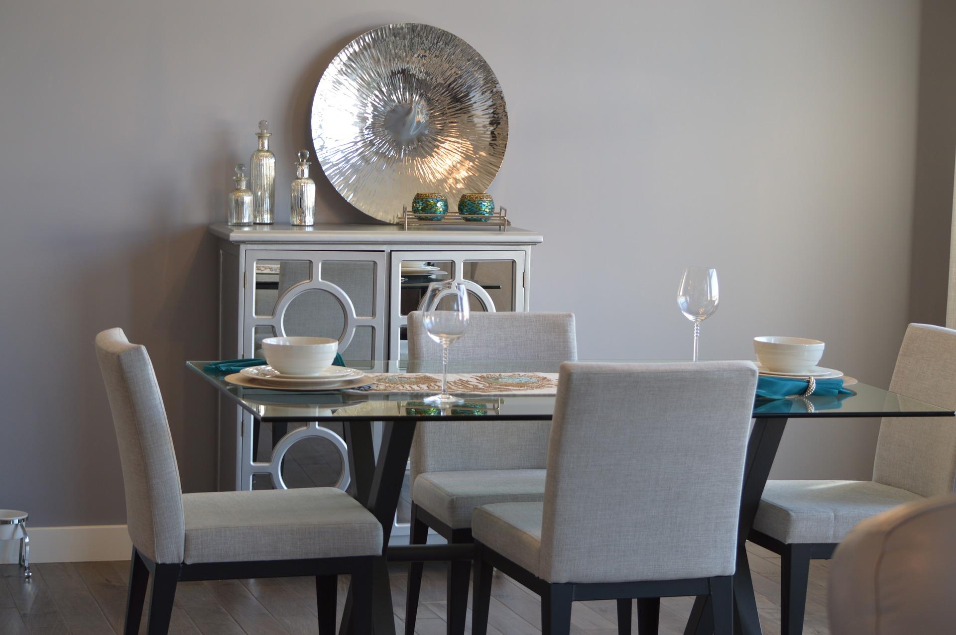 zdobione szare krzesła jadalnia